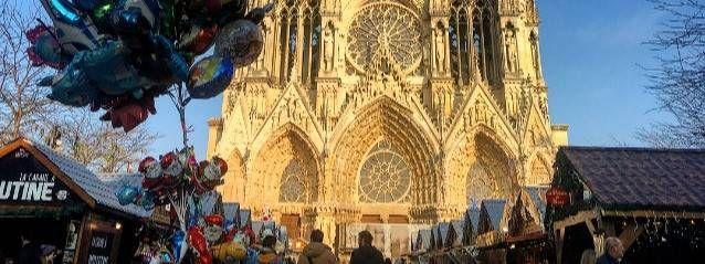Le Marché de Noël de Reims prend lieu et place sur le parvis de la cathédrale et dans les rues avoisinantes. #marchédenoel Le Marché de Noël de Reims prend lieu et place sur le parvis de la cathédrale et dans les rues avoisinantes. #marchédenoel