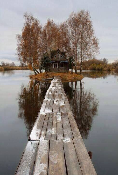 Casa abandonada no meio de um lago