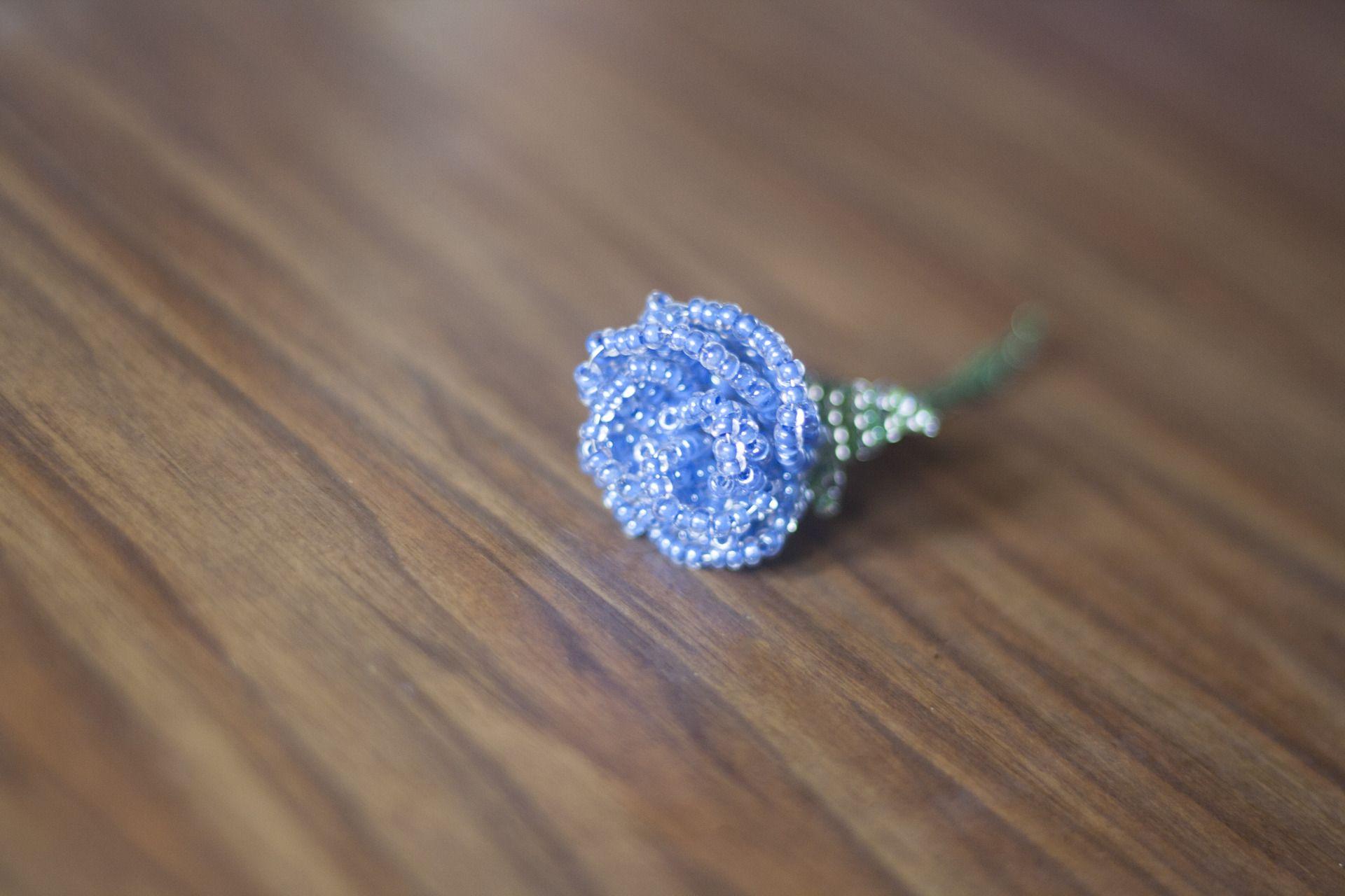 Rose bleue en perles de rocaille et fil de laiton : Accessoires par skyforged