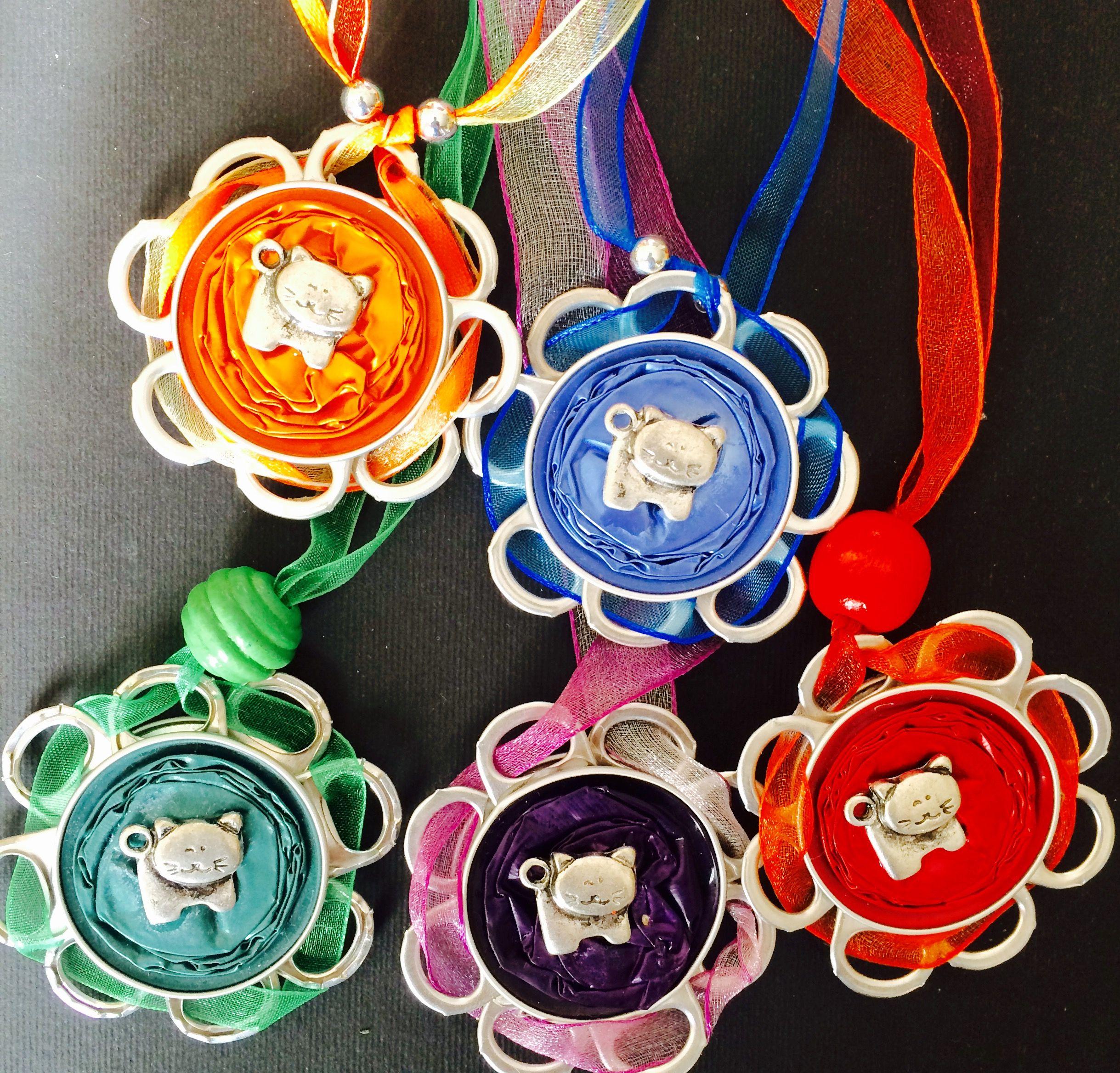 Beautiful cat necklaces made of aluminium capsules. Choose your color! #bisuteriarecicladasvs