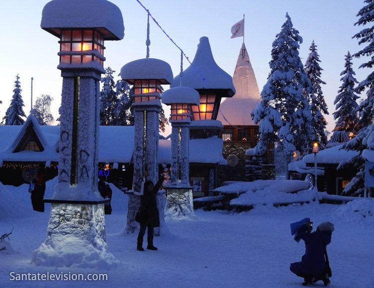 Viaggiatori attraversano la line del Circolo Polare nel Villaggio di Babbo Natale a Rovaniemi