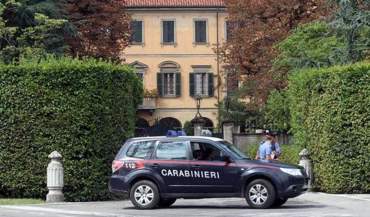 Condividi Sul Web: Arcore: 30enne si dà fuoco davanti alla villa di B...