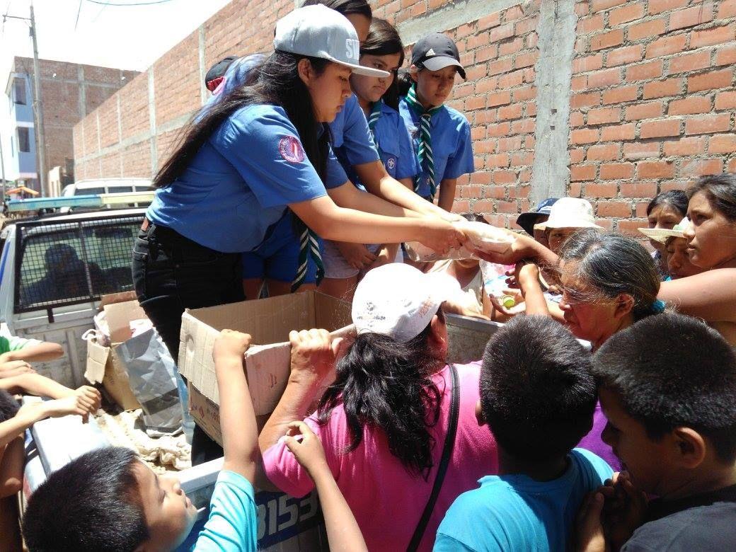 Scouts de Perú ayudando