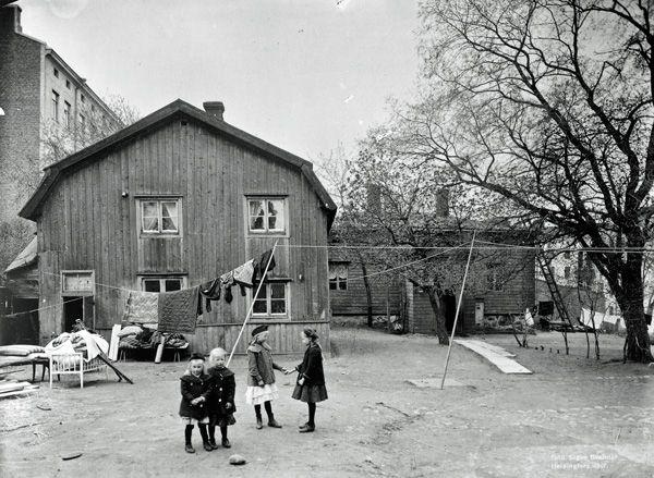 Kuva: Mariankatu 24:n piharakennus vuonna 1907. Signe Brander, Helsingin kaupunginmuseo.