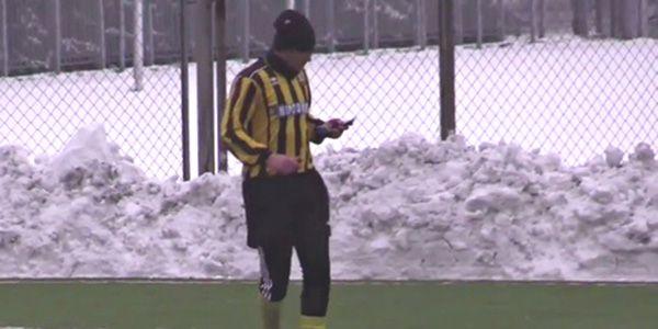 Ucraina, risponde al telefono in campo. Puniti calciatore ed arbitro [Video] - http://www.maidirecalcio.com/2015/01/24/ucraina-risponde-al-telefono-campo-puniti-calciatore-ed-arbitro-video.html