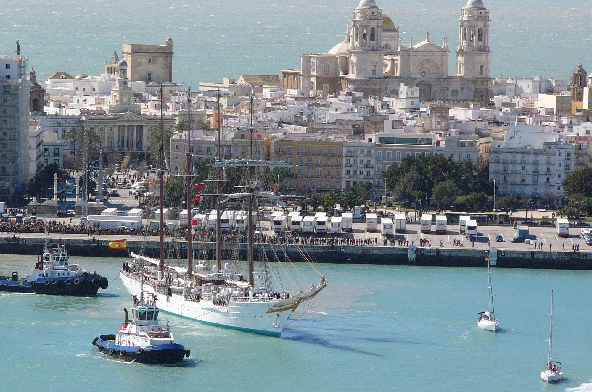 El Buque Juan Sebastián Elcano en el Puerto