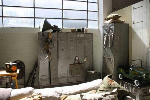 De Stoere Jongenskamer : Vintage lockers en lamp in stoere jongenskamer 一隅 vintage