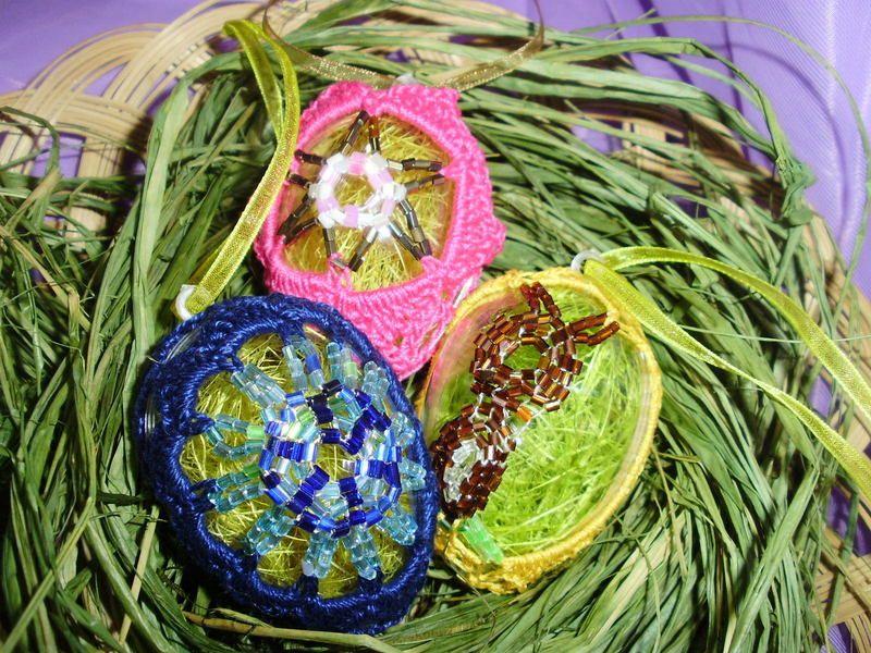Diese stilvollen Ostereier sind ein glänzender Hingucker. Das Herzstück wurde aus Glasrocailles gefädelt und kunstvoll umhäkelt.Im Inneren des Ei´s...
