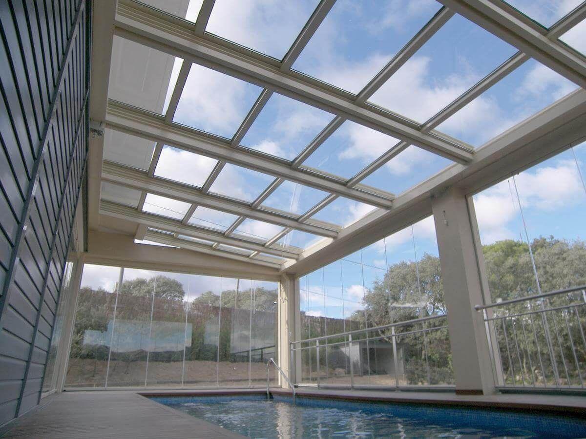 Coberti p rgola con techo m vil y cerramientos de cristal en piscina cubierta p rgola techo Pergolas de cristal