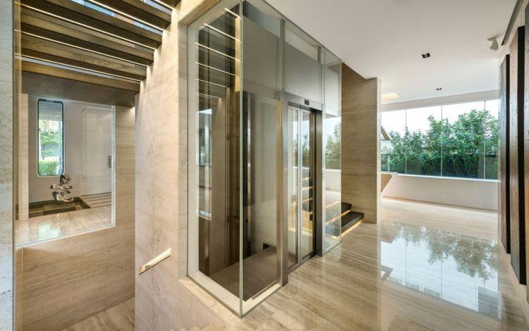 carrelage en pierre naturelle beige murs et sol et ascenseur de luxe ...