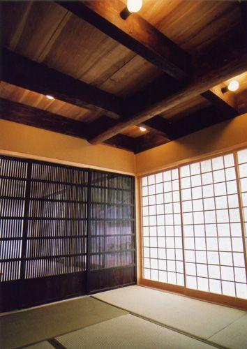 Aioinoie 1階 和室 天井板 200年前の長持ち 木の衣装箱 を再