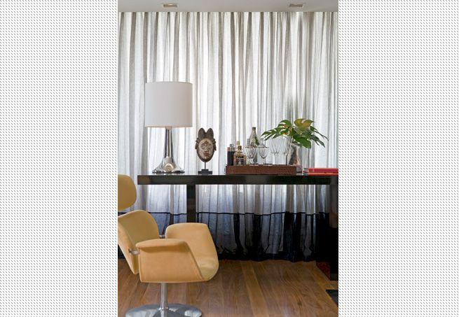 Neste apartamento masculino, a cortina de gaze de linho tem efeito ...