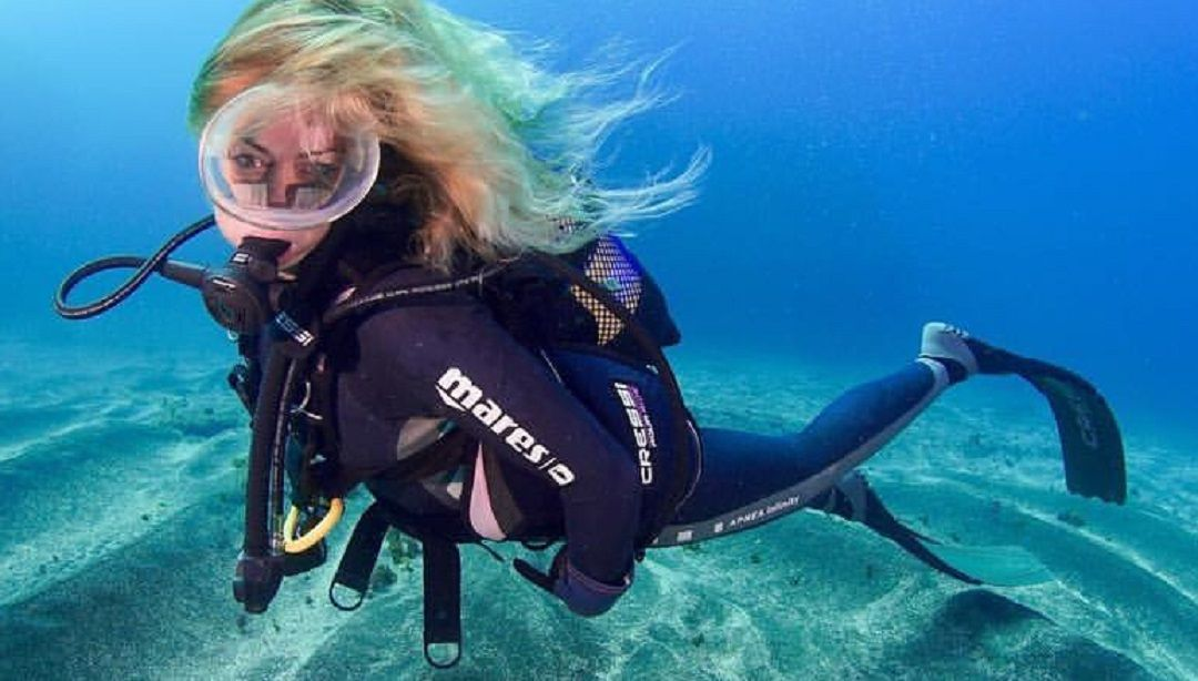 hannah-claydon-topless-scuba-diving