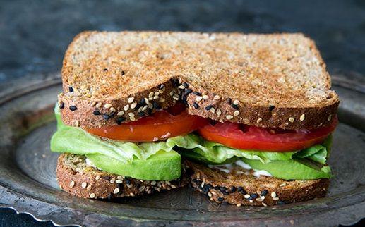 Aprenda a fazer uma deliciosa sanduíche de abacate, alface e tomate. Perfeita para almoços ou jantares rápidos, a receita é rápida e fácil de fazer. O resultado final é delicioso sendo ideal para quem gosta de misturar os sabores.