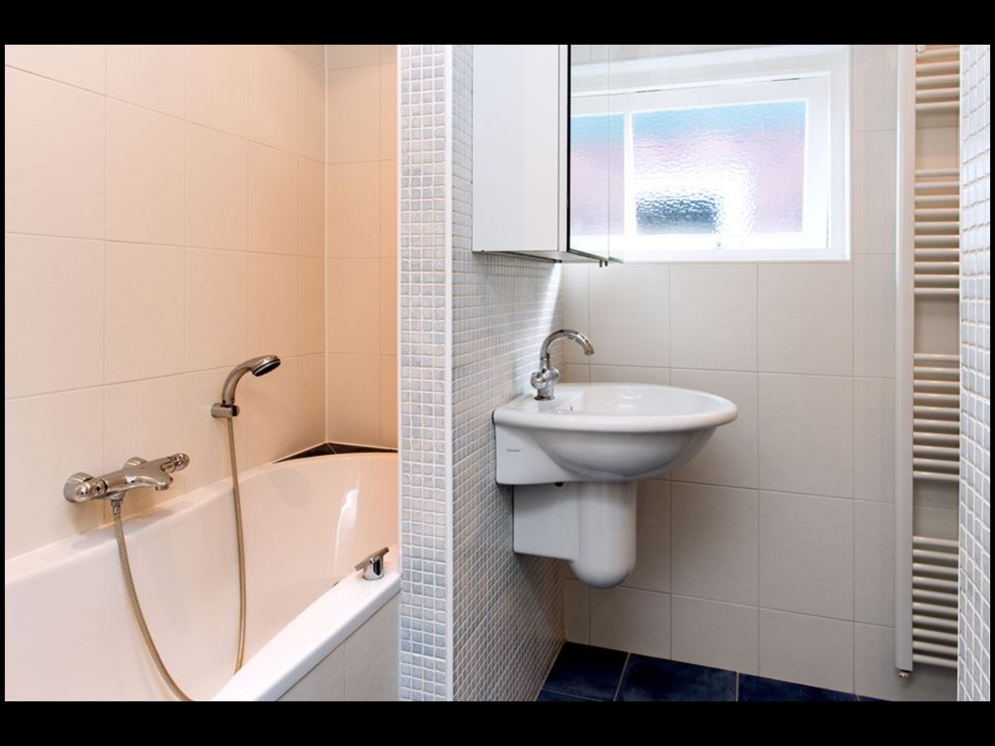 Badkamer, wastafel, douche, bubbelbad, ruimte voor wasmachine/droger ...