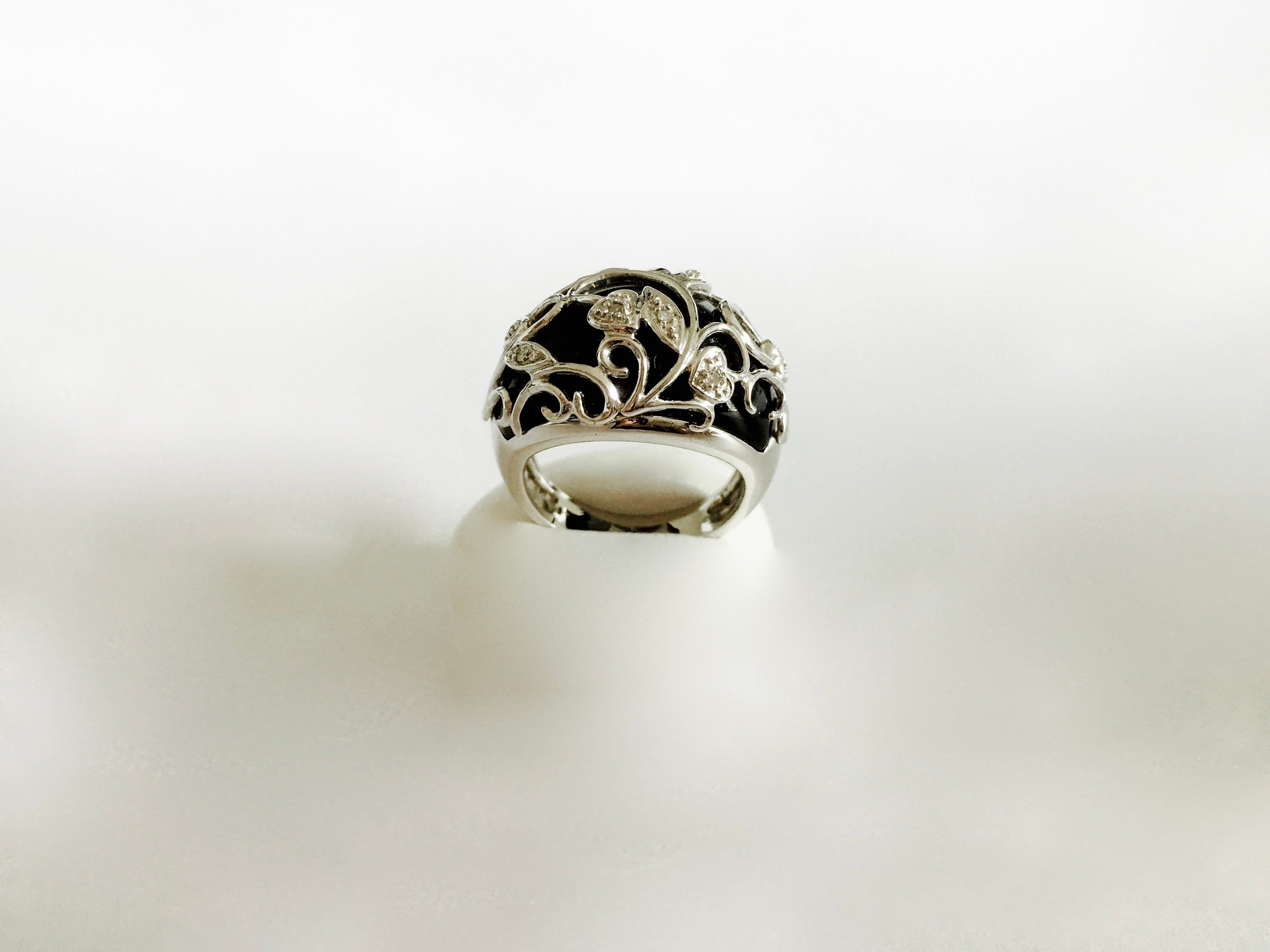New 925 sterling silver ladies small celtic ring set with a Black Onyx cabochon