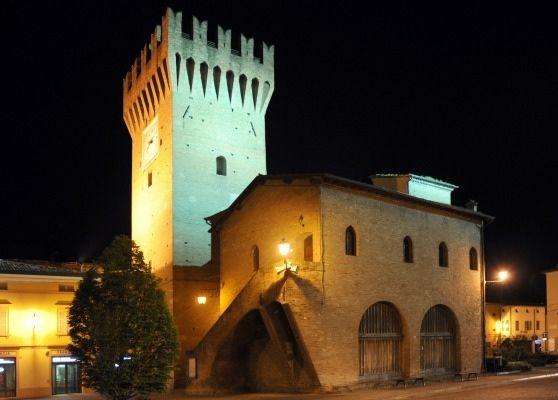 Castello di spilamberto Costruito all'inizio del XIII e più volte modificata divenne abitazione signorile dei Rangoni, feudatari di Spilamberto dal sec. XV quando fu trasformata da fortezza a residenza