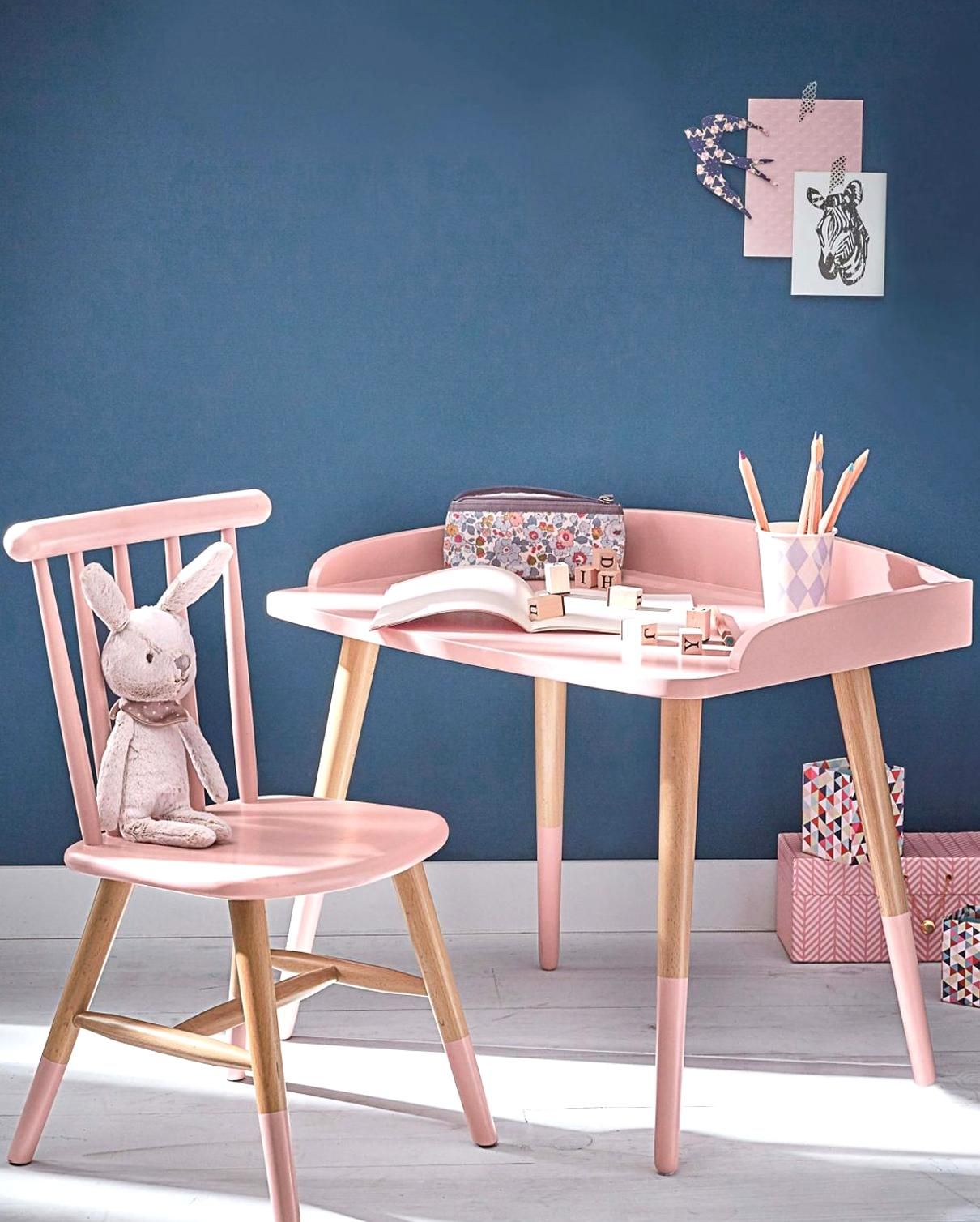 Dcoration De La Chambre Denfant Murs Bleu Marine Parquet Peint En Blanc Ensemble Bureau Et Chaise S In 2020 Pink Kids Bedrooms Kids Bedroom Designs Kids Bedroom Decor
