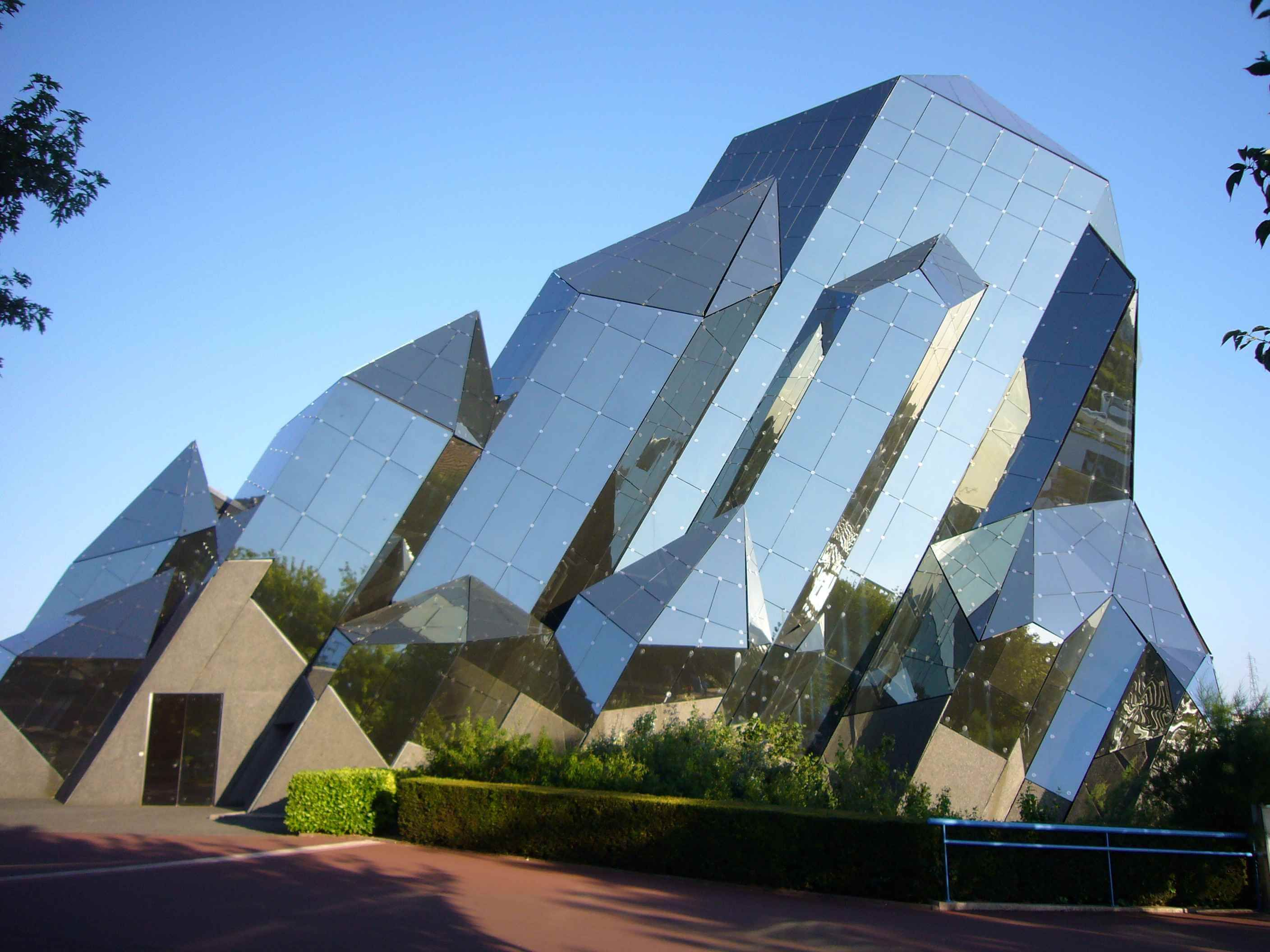 25 World Best Iconic Buildings Of Modern Architecture Modern Architecture Building Modern Buildings Queenslander Architecture