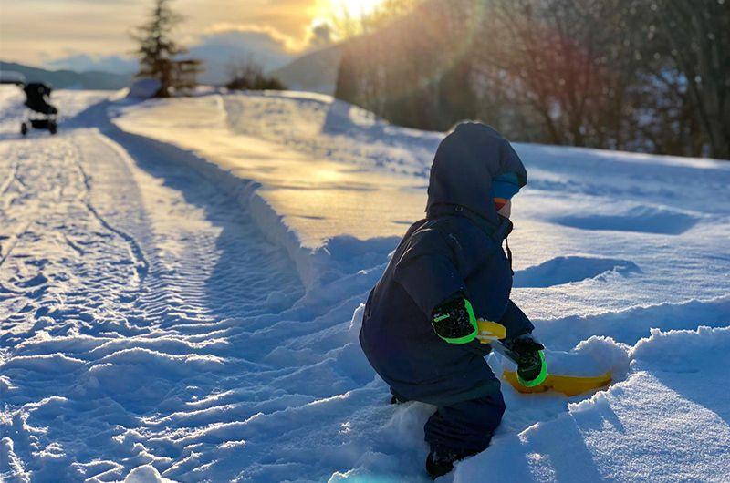 Jakob Der Sohne Von Marlies Und Benni Raich Beim Schneeschaufeln
