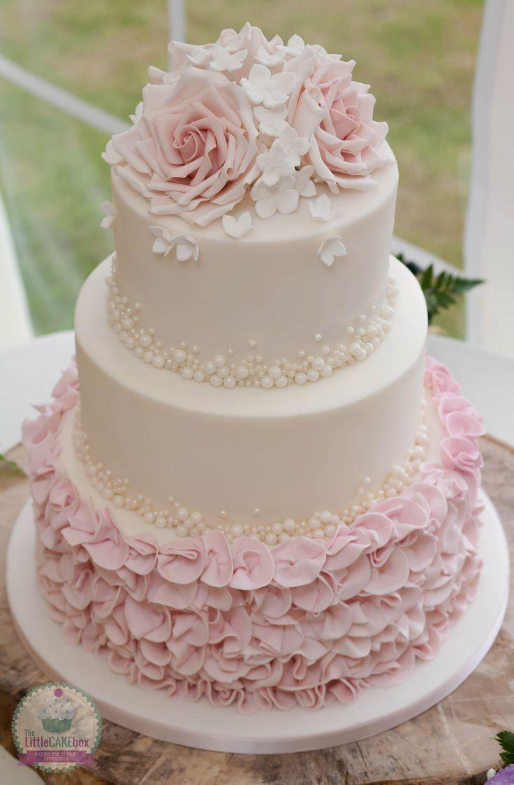 Hochzeitstorte mit Rosen, Perlen und Rüschen. –   #