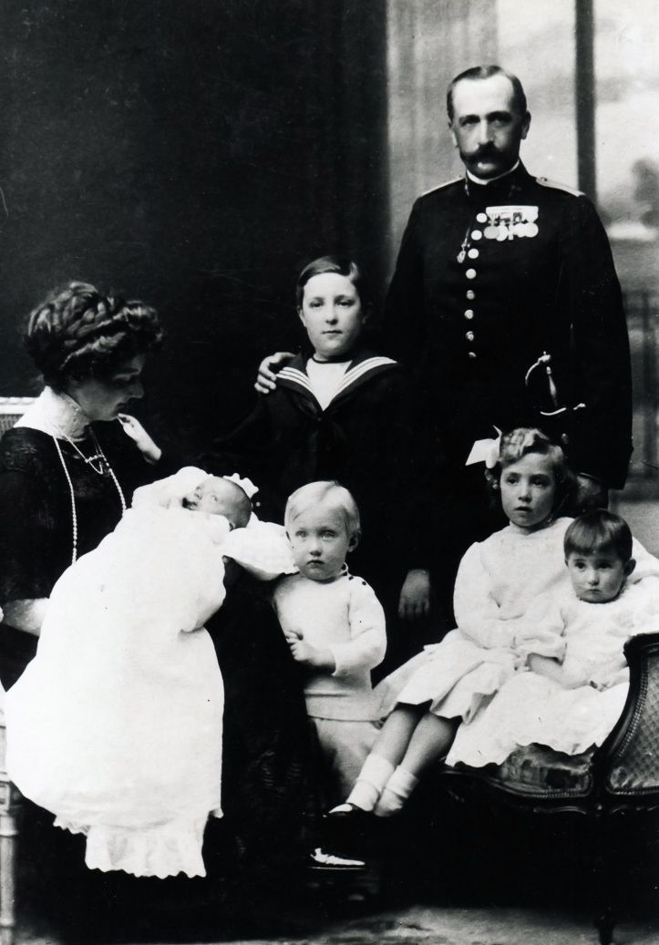The Infante Carlos of Bourbon-Two Sicilies along with his wife Infanta Louise, Princess of Orléans, and their children: Infante Alfonso, Infanta Isabel Alfonsa, Prince Carlos, Princess María de los Dolores and the newborn Princess María de las Mercedes, mother of King Juan Carlos, 1910.