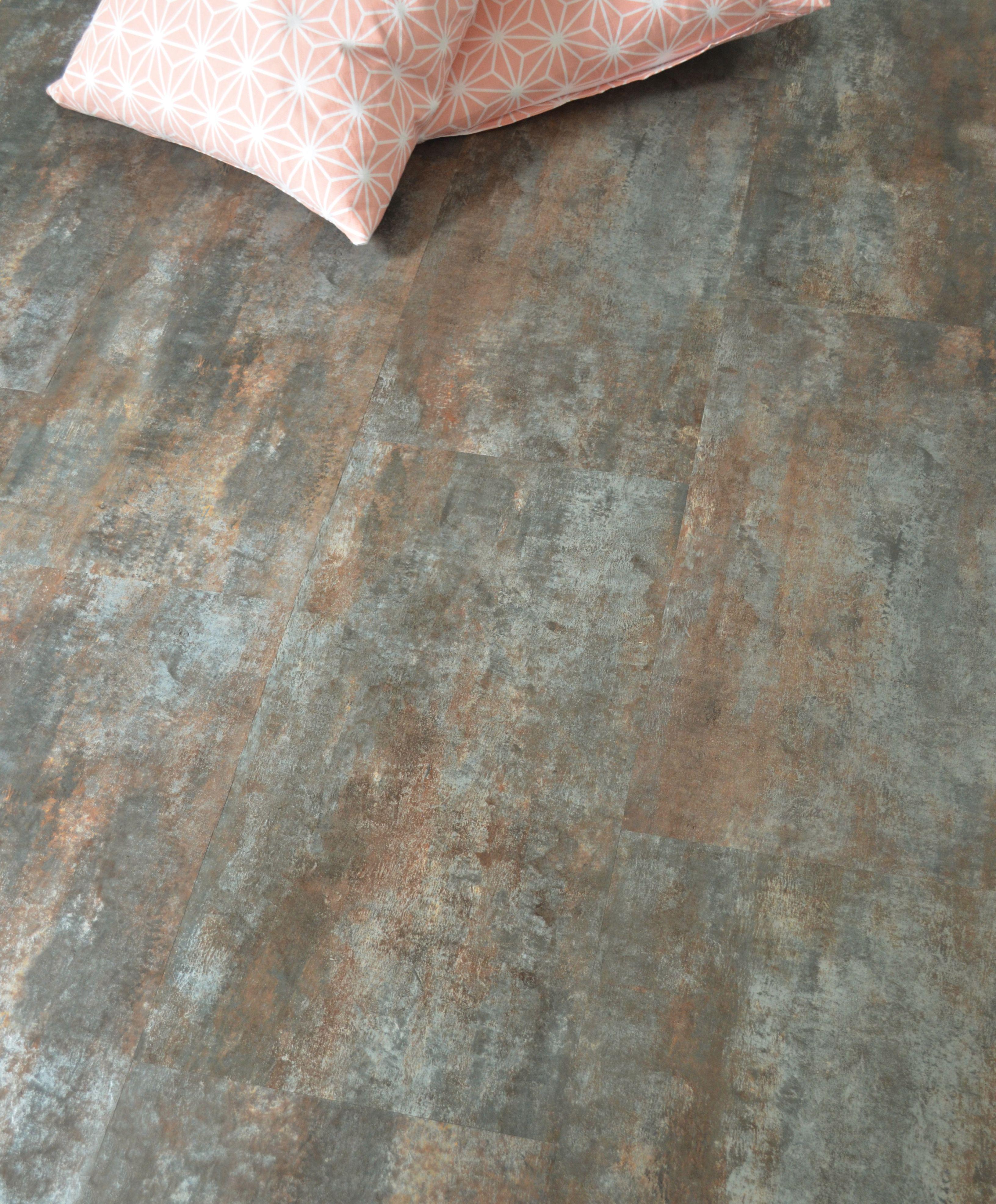 amoureux du vintage ou de la dco industrielle les dalles acier vintage en pvc sont faites pour vous pour habiller le sol de sa cuisine salle de bain