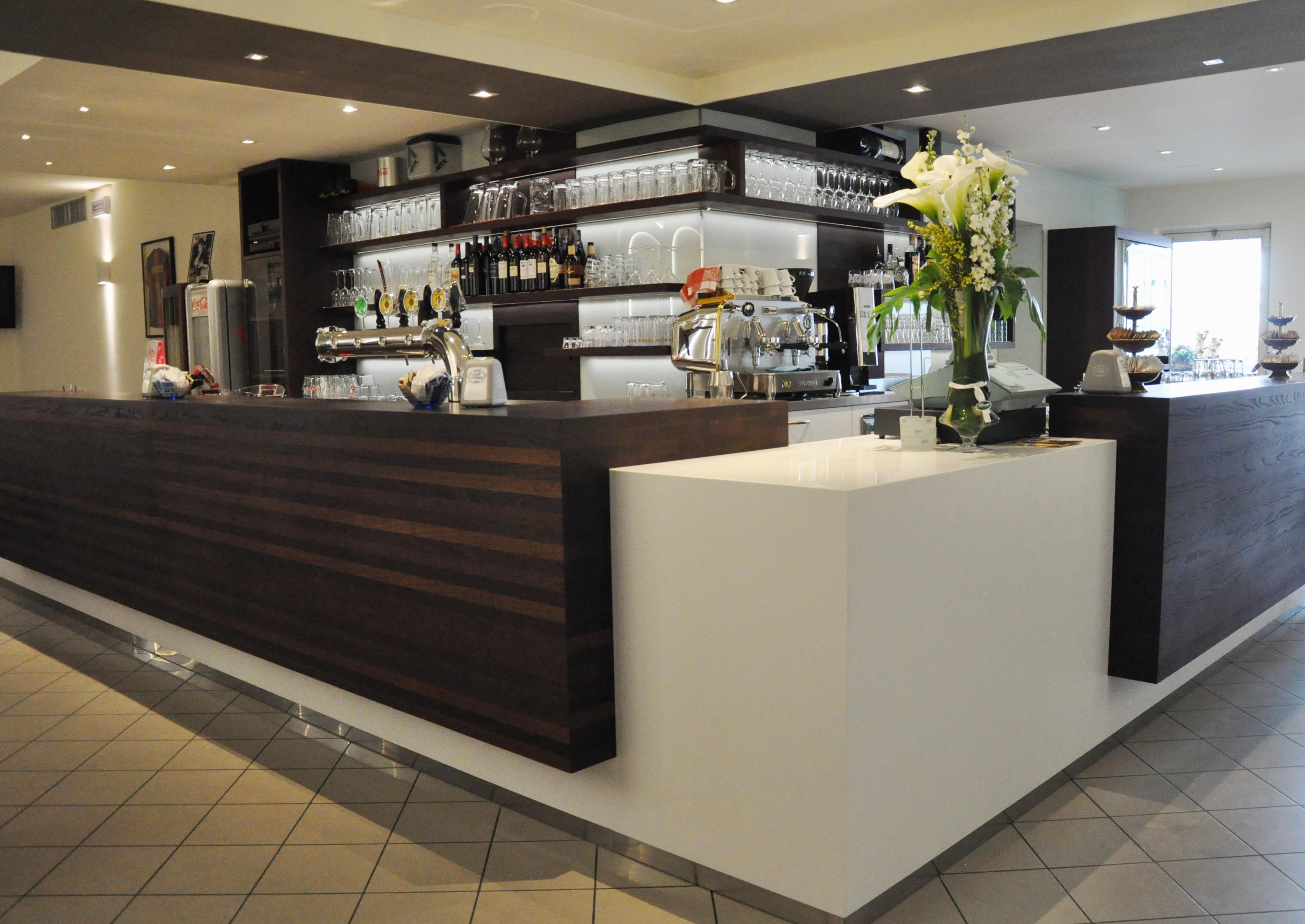 Bancone bar realizzato sumisura produzione madeinitaly for Responsabile produzione arredamento