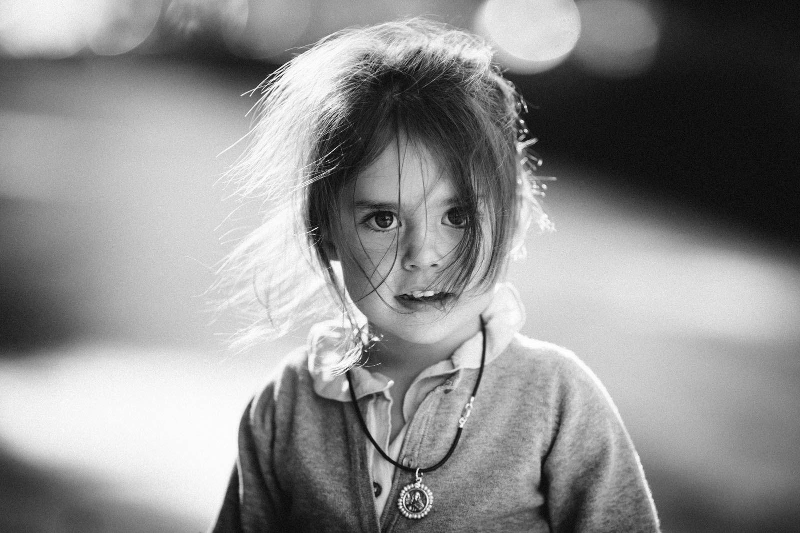 La mirada, el momento inesperado de la foto (pelo), el blanco y negro, el desenfoque.