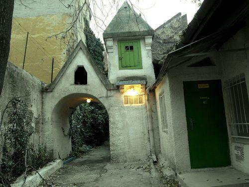 budapest, suprising hidden fairy house in the middle of downtown (Horváth Mihály tér)    photoblog.com utazo