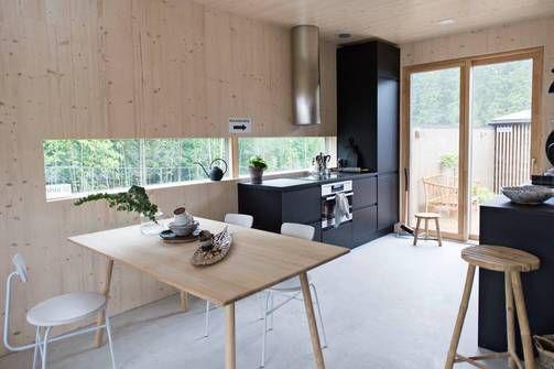 Kohde 5 CLT-massiivipuusta valmistettu talo Koto on kauttaaltaan puunvärinen. Sama luonnollisuus jatkuu keittiössäkin. Keittiön kiinteät kalusteet ovat mustat.