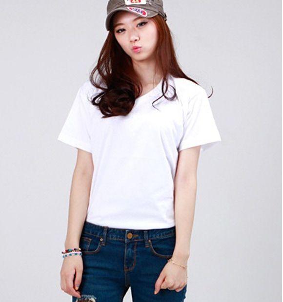 Áo thun trơn màu trắng kết hợp với quần jeans cá tính