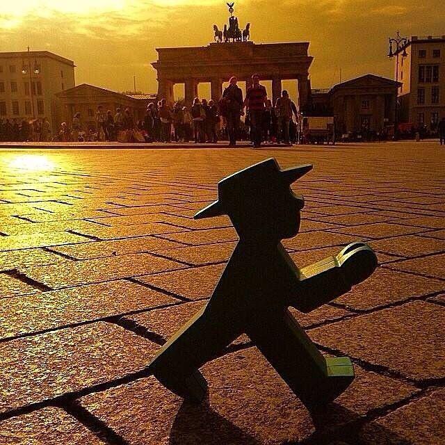 Ampelmann In Berlin Vor Dem Brandenburger Tor Geniesst Den Sonnenuntergang Berlin Germany Berlin Berlin City