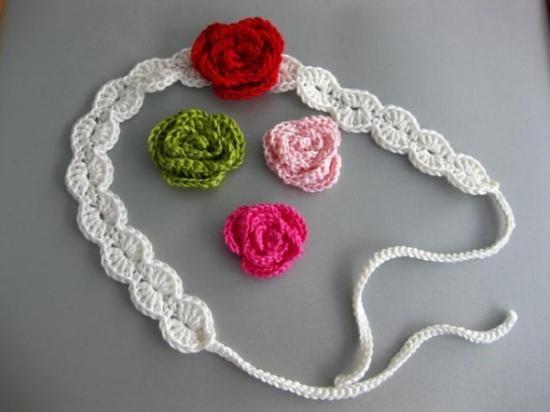 Preciosas diademas con adorno de flor tejida a ganchillo.