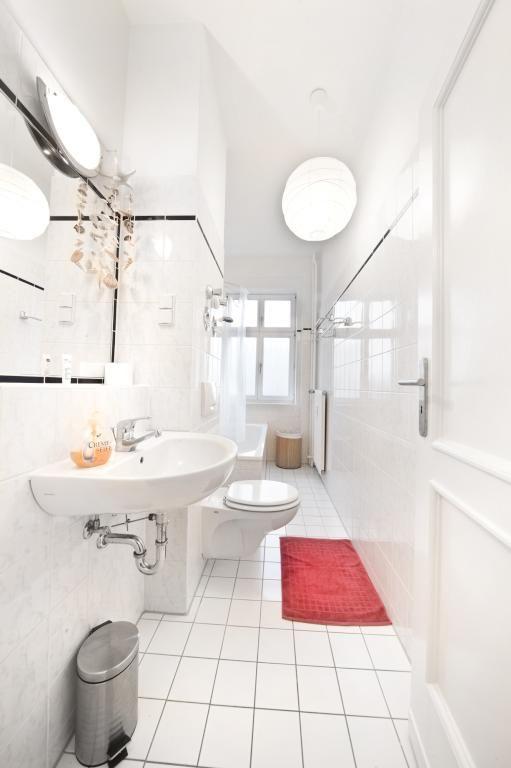 Wei gefliestes bad in berliner wohnung in friedrichshain for Badezimmer berlin