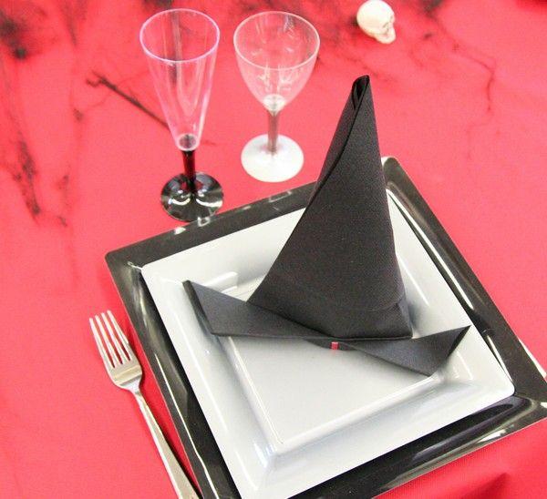 en forme de chapeau de sorci re ce pliage de serviette est absolument parfait pour cette. Black Bedroom Furniture Sets. Home Design Ideas