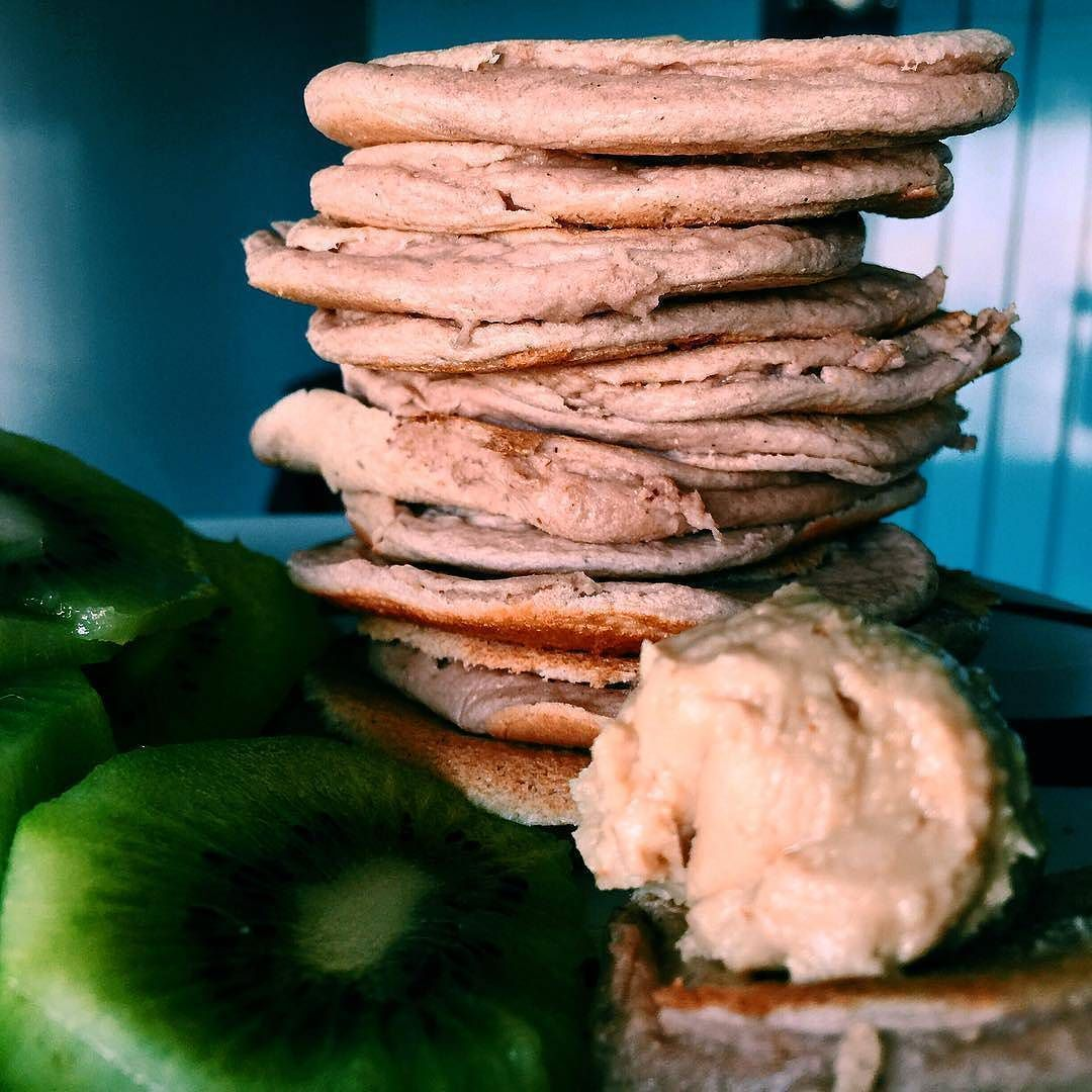 Mocha lowcarb pancakes #proteinpancakes #pancakesunday #pancakestack #maispertoqueontem #amelhorversãodenós #fitnotskinny #fitnessportugal #fitnesssavemylife #fitgirlslookgoodnaked #carbsforabs #sagafitpt  #eatofit #desafiodiasfit #gains #eatclean #girlswholift #fitgirl #eattogrow #fitlife ( # @inesgetshealthy)