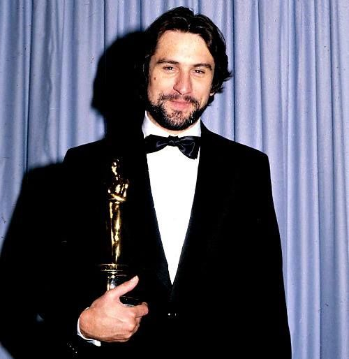 Robert De Niro With His Oscar For Raging Bull At The 53rd Academy Awards 1981 Homens Bonitos Homens
