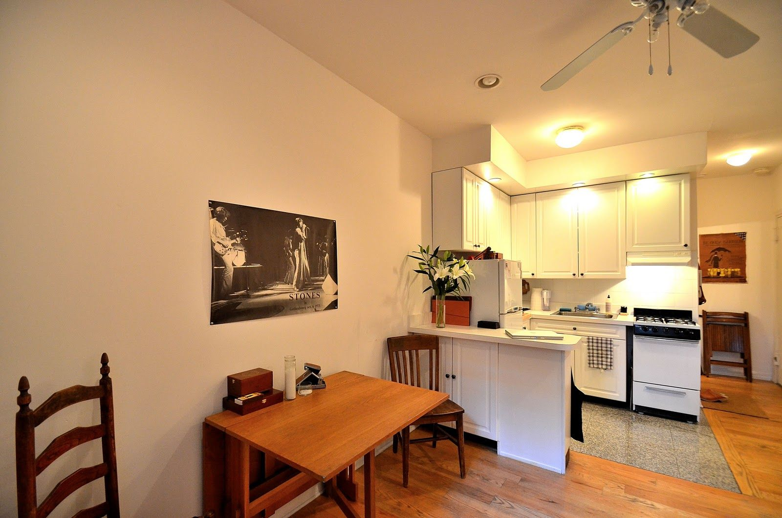 Incroyable Terrific Apartment Design Shows Minimalism Concept Idea : Tiny Apartment  Dinner And Reading Table With Rolling Stones Poster