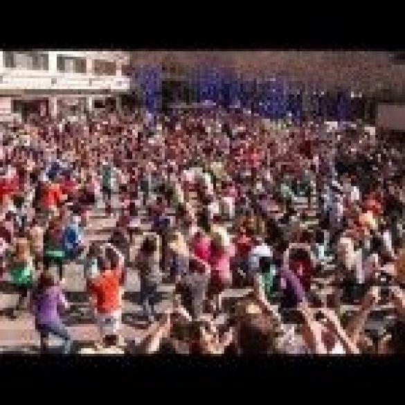 Surprise Marriage Proposal After Huge Flash Mob