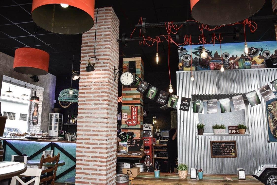 """El claro ejemplo de """"mobiliario reciclado"""" para este restaurante con ..."""