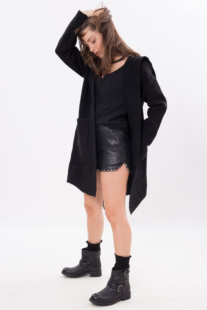 Cappotto a maglia liscia in tessuto nero . Il capospalla è caratterizzato  nel retro da un 78c507ef4f2