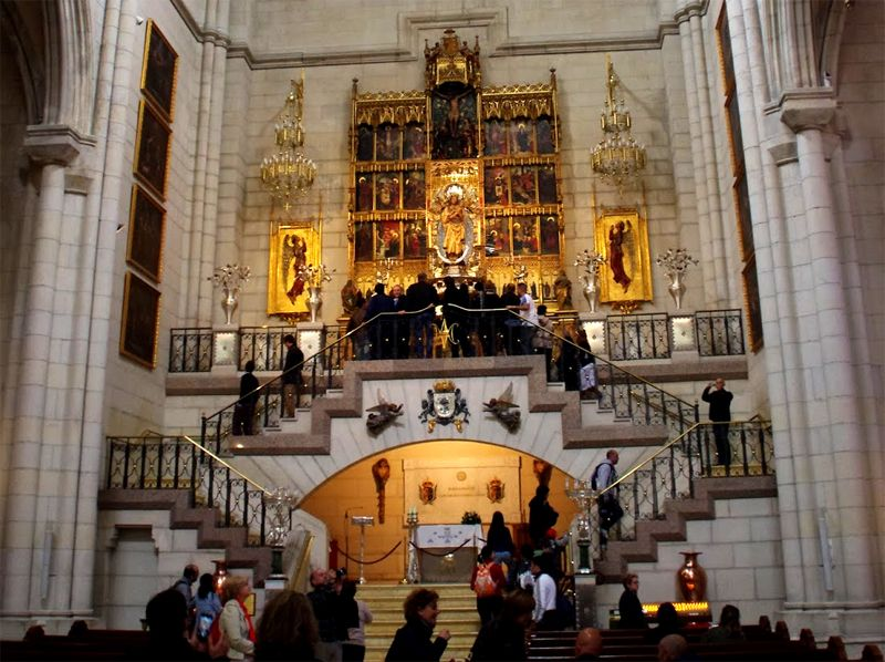 Altar De La Virgen De La Almudena Y Tumba De La Reina Maria De Las Mercedes Iglesia Catedral Catedral Iglesia