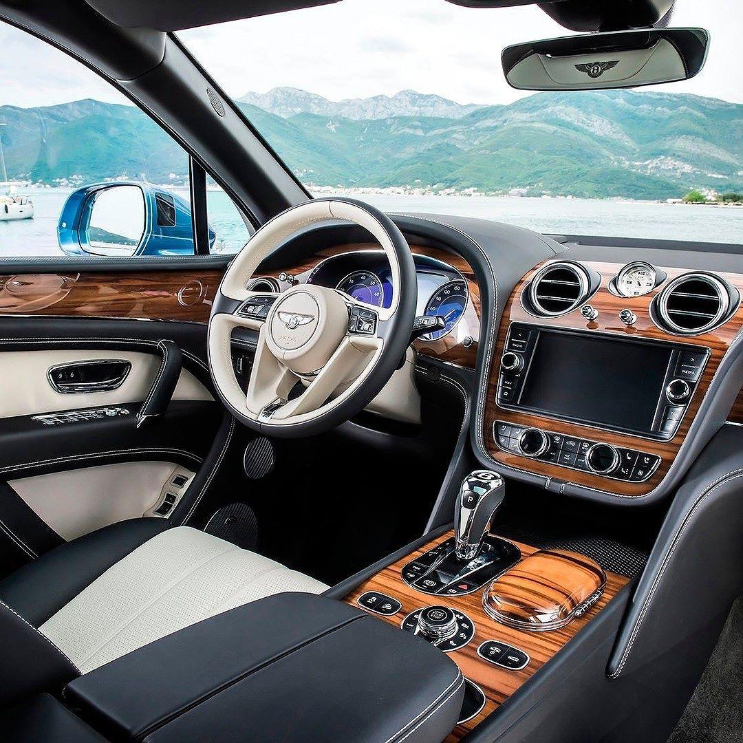 Bentley Bentayga Diesel 2017 Existem painéis de carro. E existe esse do Bentley! Interior suntuoso é da primeira versão diesel do SUV de luxo. O Bentayga é equipado com bloco 4.0 V8 com 432 cavalos e 900 Nm de torque. A transmissão é ZF automática de oito marchas. O conjunto acelera de 0 a 100 km/h em 48s com máxima de 270 km/h.  #CarroEsporteClube #Bentley #Bentayga #turbo