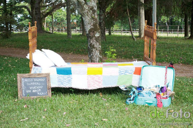 E se na recepção da cerimônia vc encontrar uma cama com colcha de retalhos e uma mala antiga com fotos e acessórios dos noivos? Casamento da Luana & Everson - Produção da Festa:P Denise Bittencourt
