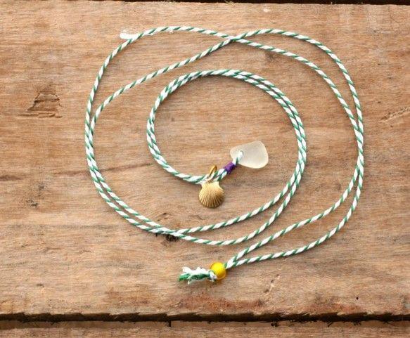 京都のシルク製組みひもを使用したネックレス。トップにはハワイの海岸で採取されたビーチグラスを使用。アメリカ製真鍮貝がらチャームや、長さ調整のビーズがアクセント...|ハンドメイド、手作り、手仕事品の通販・販売・購入ならCreema。