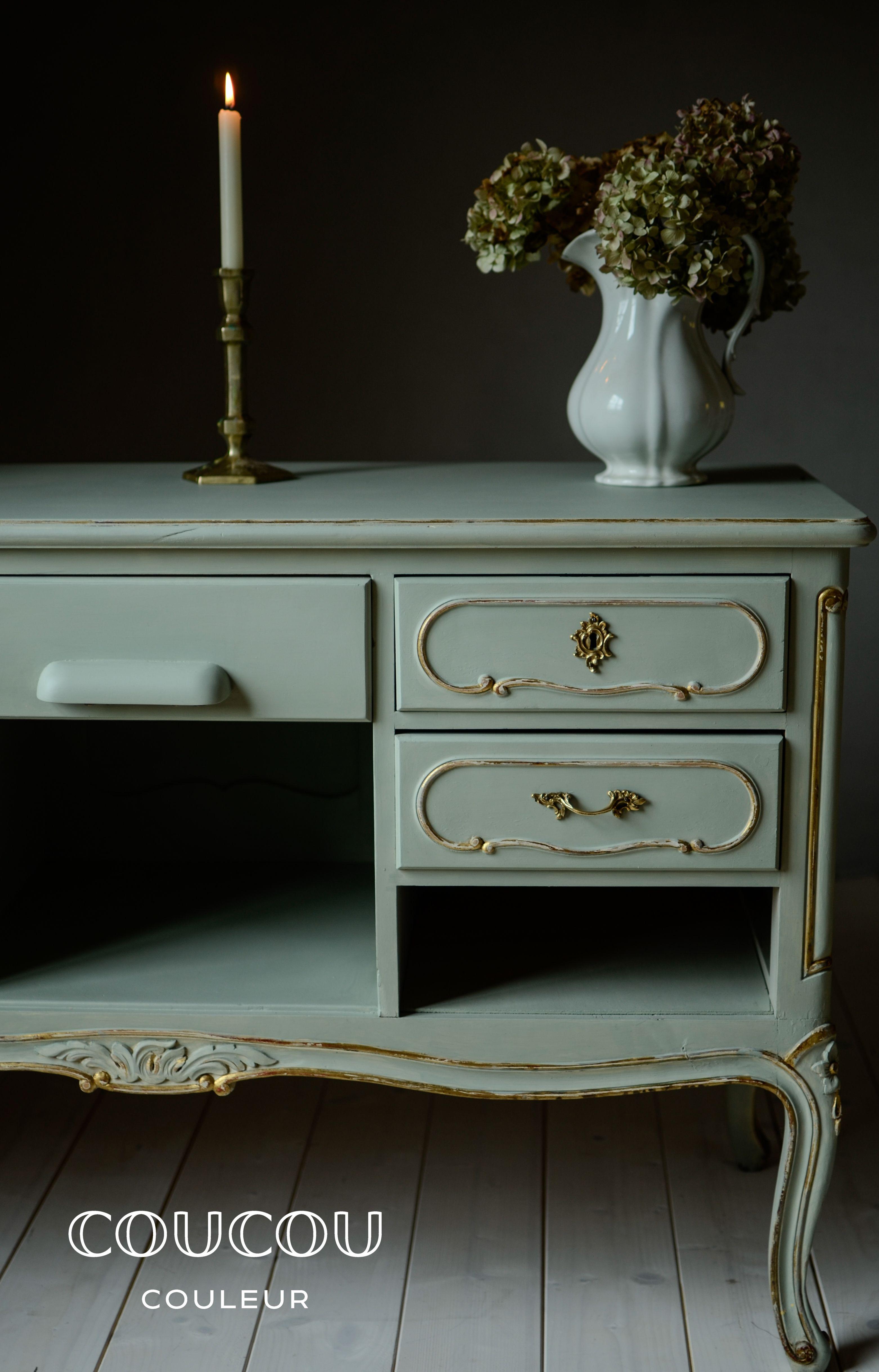 CHÂTEAU ist ein helles edles Graugrün, das je nach Lichteinfall, mal grau, mal grün wirken kann. Es ist in französischen Schlössern zu Hause und mag alles, was Gold ist und glänzt , oder was vor ihm in den Hintergrund tritt wie SUITE, TOILE, LEINEN, PURE, MELANGE oder SALON… Mit natürlicher Kreidefarbe von Coucou Couleur gestalten Sie Ihre Einrichtung rein ökologisch. Ob Vintage-Möbel, Shabby Chic, Landhausstil, Industriedesign...