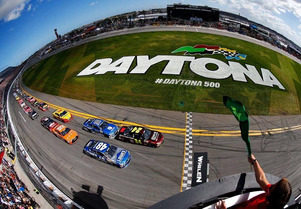 Green flag racing at Daytona International Speedway. Let