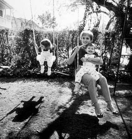 Debbie reynolds with her children carrie fisher and todd for Carrie fisher home