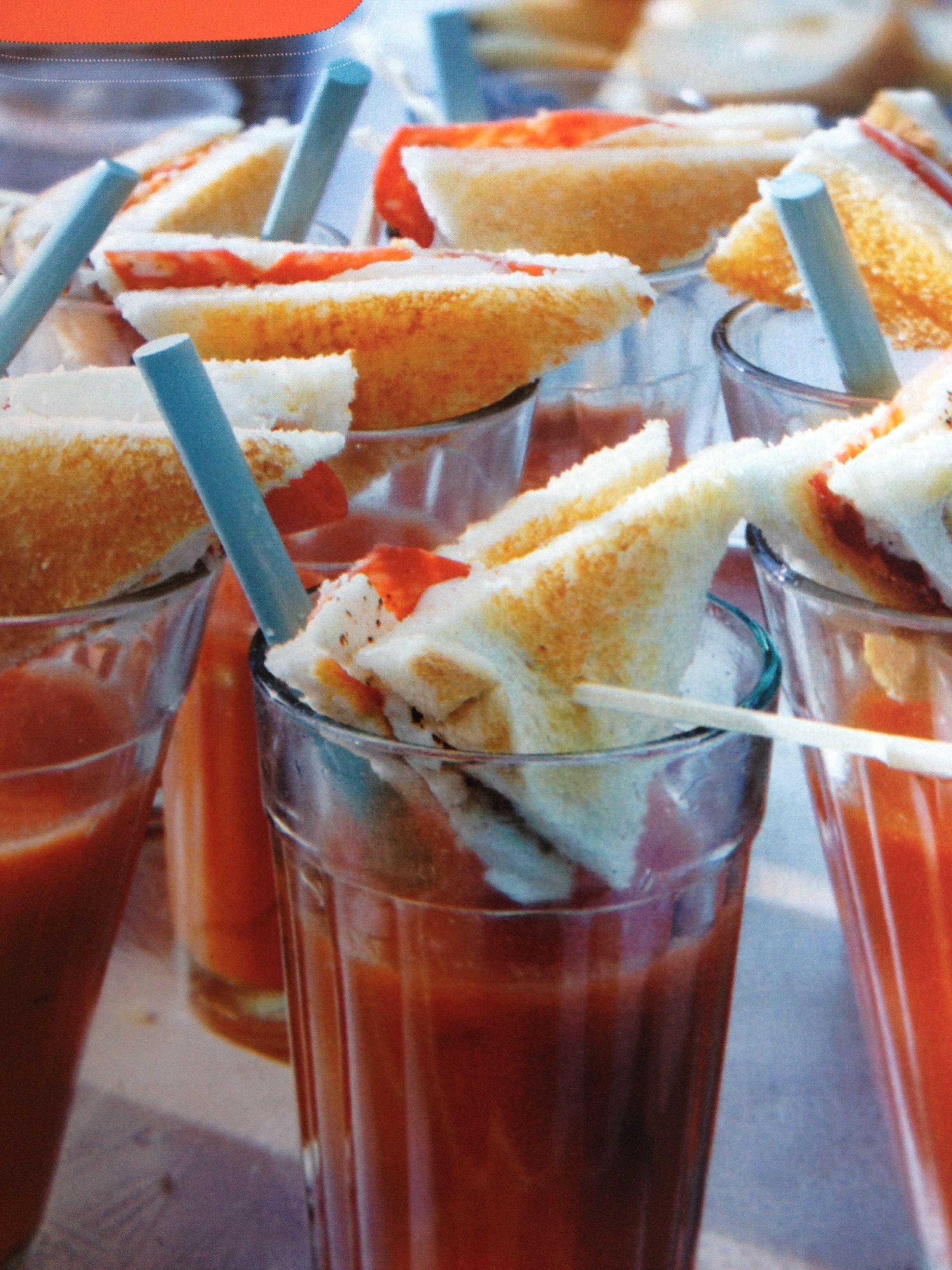 Beleg tosti's van witbrood,mozzarella en chorizoworst. Hang ze boven een glas tomatensoep.